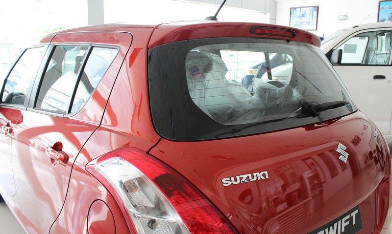 Đánh giá xe Suzuki Swift 2014 có đuôi gió tích hợp đèn phanh phụ dạng LED.