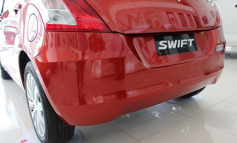 Khu vực hông xe và vị trí lắp biển số của Suzuki Swift 2014 thiết kế mềm mại và hiện đại.