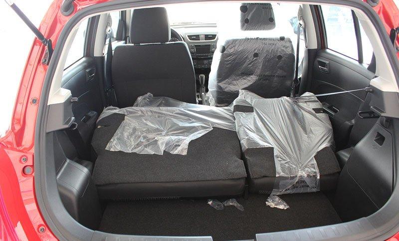 Đánh giá xe Suzuki Swift 2014 có hàng ghế sau gấp gọn tỉ lệ 60:40 giúp tăng diện tích chứa đồ.