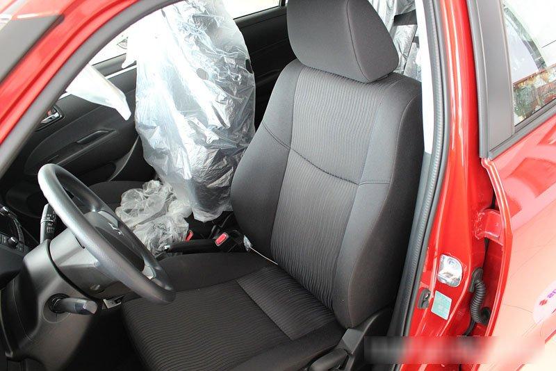 Đánh giá xe Suzuki Swift 2014 có hàng ghế trước thể thao với thân ghế ôm lấy người ngồi.