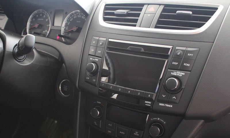 Đánh giá xe Suzuki Swift 2014 có màn hình giải trí dạng TFT, đĩa mp3.