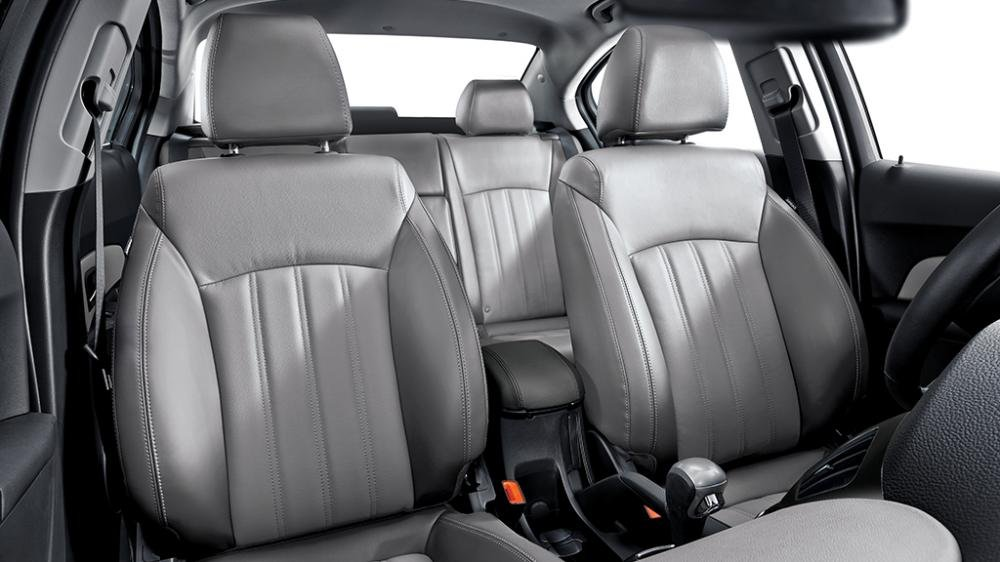 So sánh xe Toyota Vios Chevrolet Cruze 13