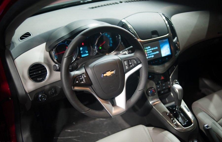 So sánh xe Toyota Vios Chevrolet Cruze 20