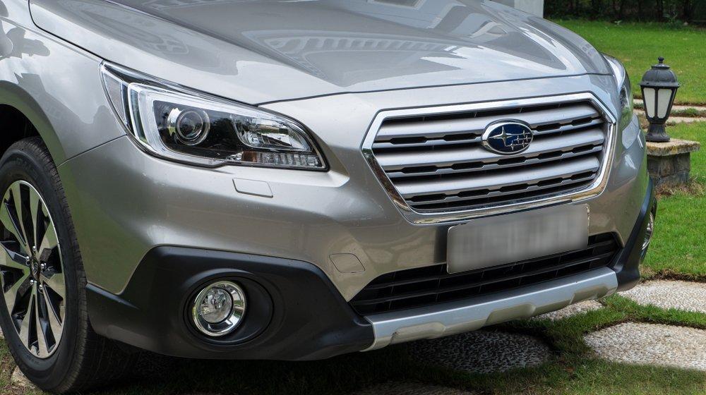 Đánh giá xe Subaru Outback 2016 có lưới tản nhiệt làm bằng kim loại mạ crom bóng bảy.