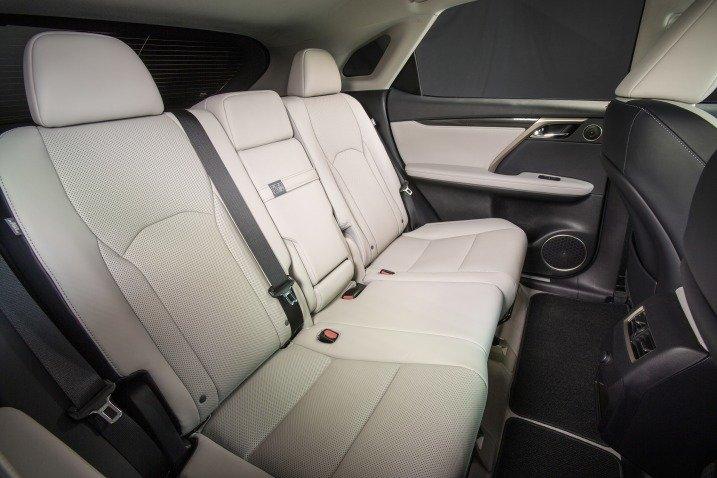 Đánh giá xe Lexus RX350 2016: hàng ghế sau rộng rãi, không gian để chân thoải mái.