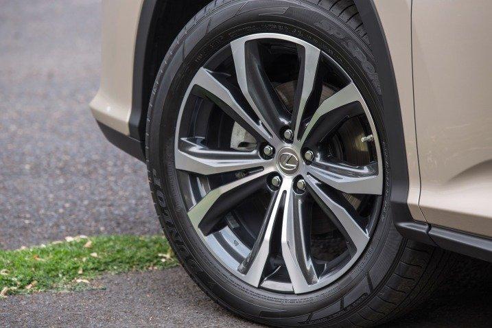 Đánh giá xe Lexus RX350 2016: Xe sử dụng la-zăng 5 chấu hình hoa.