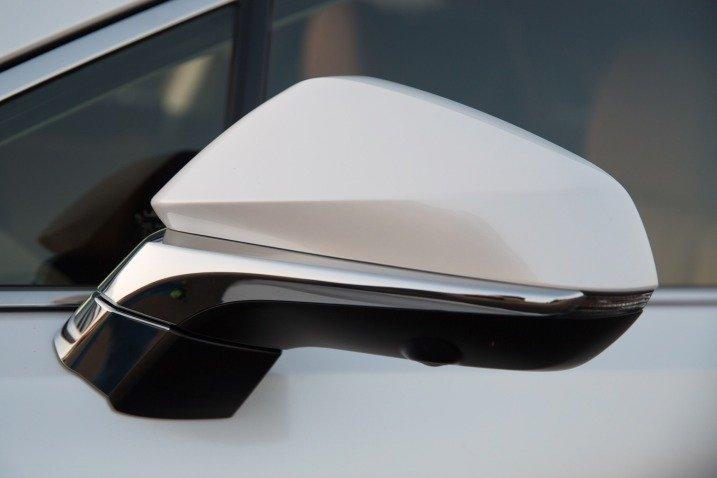 Đánh giá xe Lexus RX350 2016: Củ gương xe được mạ crom sắc sảo/