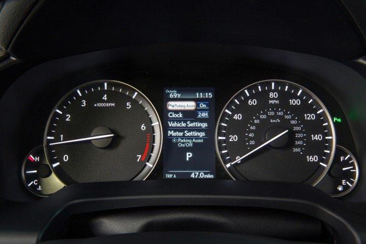 Đánh giá xe Lexus RX350 2016:Cụm đồng hồ lái gồm các đồng hồ dạng analog nằm đối xứng qua màn hình TFT ,