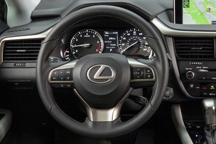 Đánh giá xe Lexus RX350 2016: Vô-lăng 3 chấu bọc da cao cấp.