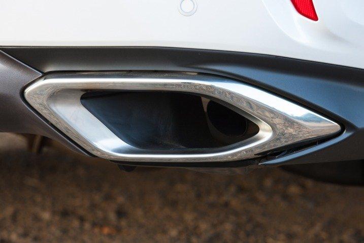 Đánh giá xe Lexus RX350 2016: ống xả hình thoi được thiết kế nổi.