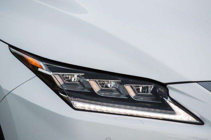 Đánh giá xe Lexus RX350 2016: Xe sở hữu cụm đèn pha mới với dải bóng LED.