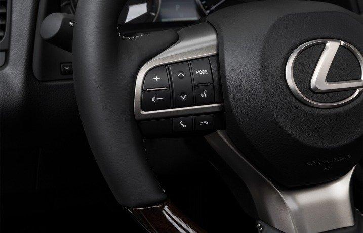 Đánh giá xe Lexus RX350 2016: Vô-lăng có tích hợp các phím bấm chức năng.