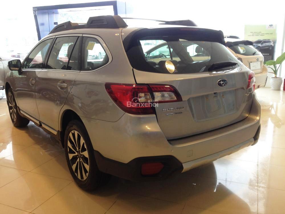 Đánh giá xe Subaru Outback 2016 có phần đuôi khá đơn giản.