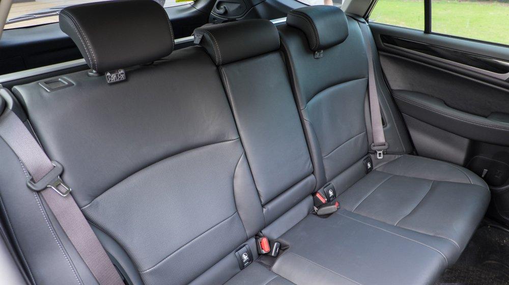 Đánh giá xe Subaru Outback 2016 có hàng ghế sau rộng rãi với 3 tựa đầu tiện nghi.