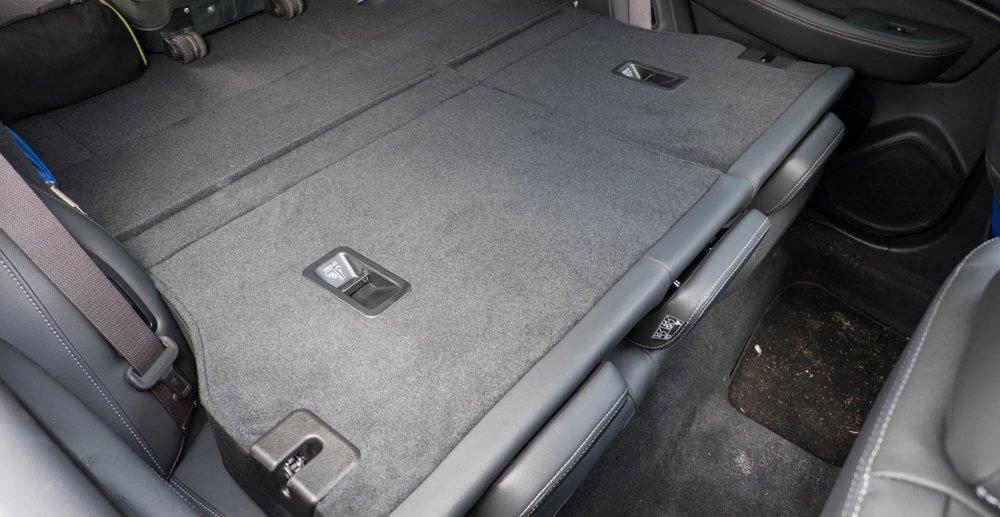 Đánh giá xe Subaru Outback 2016 có hàng ghế sau có thể gập gọn không gian chứa đồ.