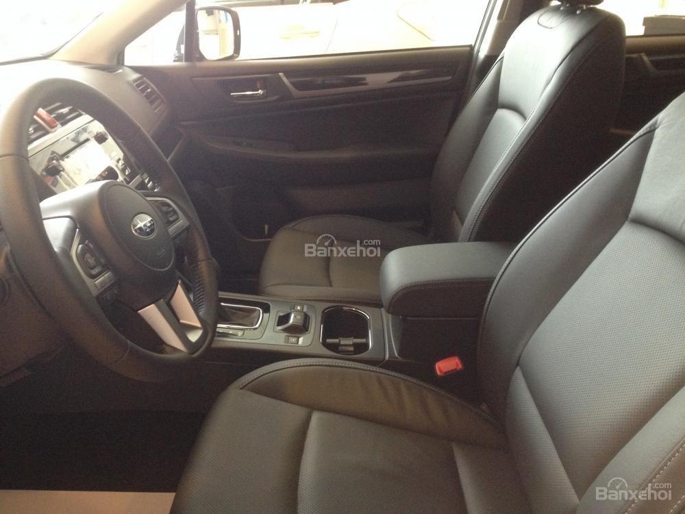 Đánh giá xe Subaru Outback 2016 có hàng ghế trước dạng thể thao ôm lấy người ngồi.