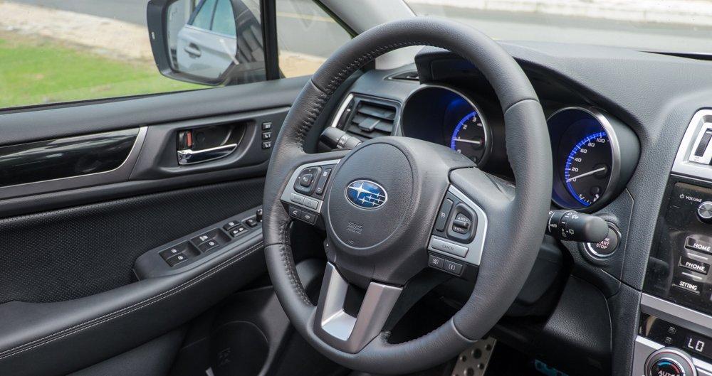 Đánh giá xe Subaru Outback 2016 có vô lăng 3 chấu bọc da thể thao.