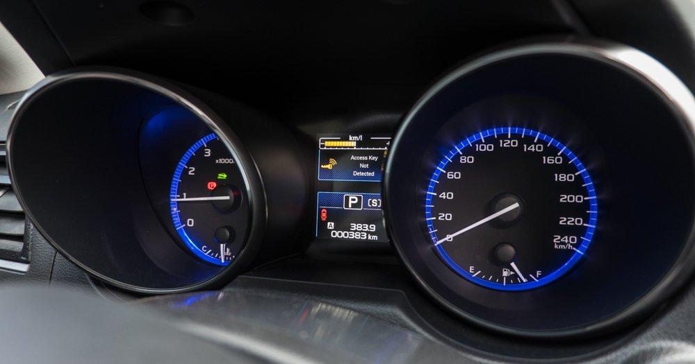 Đánh giá xe Subaru Outback 2016 có đồng hồ lái với màu sắc dịu mắt.
