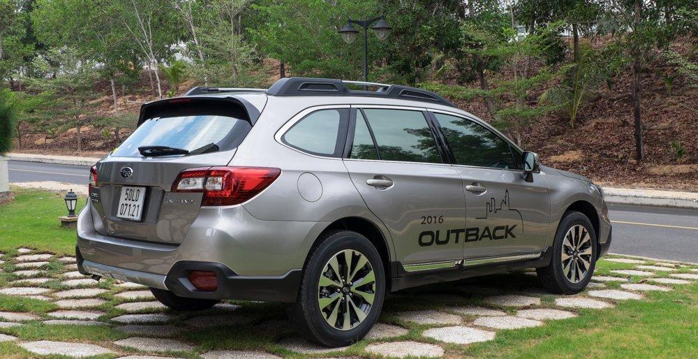 Đánh giá xe Subaru Outback 2016 có đuôi gió đặt thấp hơn nóc xe tạo cảm giác thể thao.