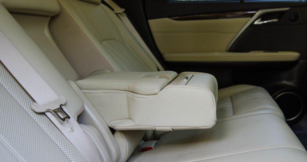 Tựa tay trên Lexus RX 350 2016.