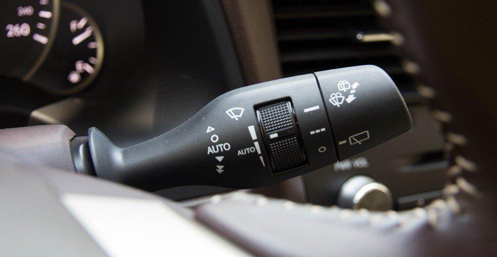Đánh giá xe Lexus RX 350 2016: Cần gạt nước và hệ thống rửa kính xe.