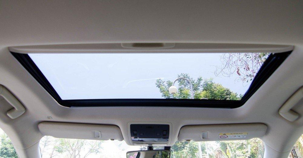 Lexus RX350 2016 sở hữu cửa sổ trời thông thoáng.