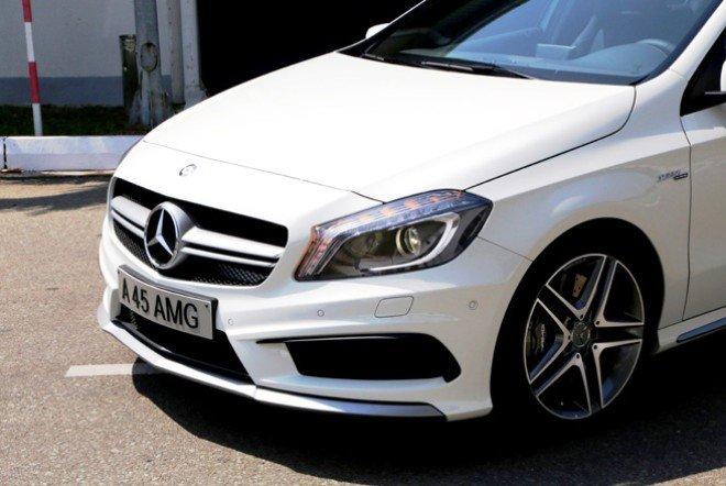 Đánh giá xe Mercedes-Benz A-Class 2014 có đèn pha Bi-xenon với viền LED sáng ban ngày.