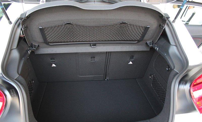Đánh giá xe Mercedes-Benz A-Class 2014 có không gian hành lý khá thoải mái cho gia đình nhỏ.