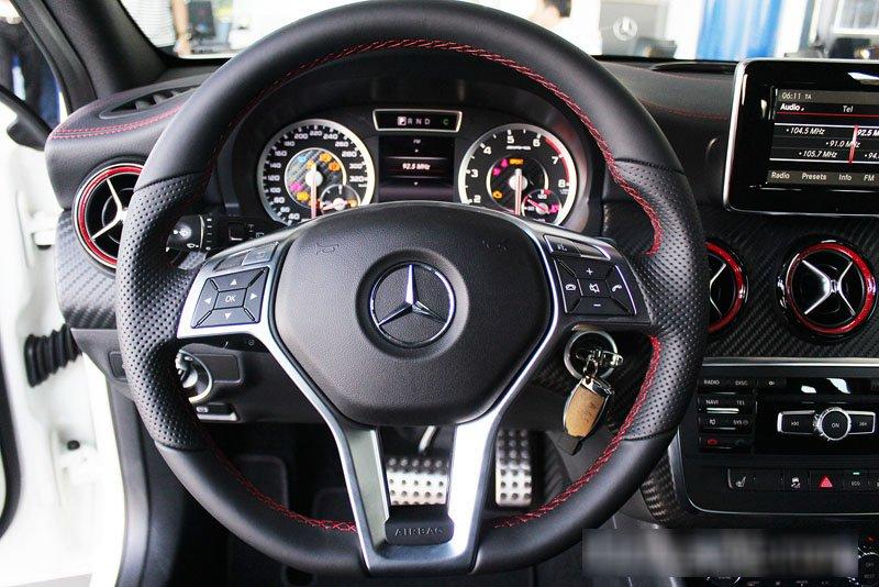 Đánh giá xe Mercedes-Benz A-Class 2014 có vô lăng bọc da 3 chấu thể thao.
