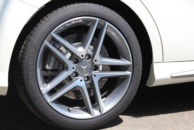 Đánh giá xe Mercedes-Benz A-Class 2014 có mâm xe với la zăng hình ngôi sao.