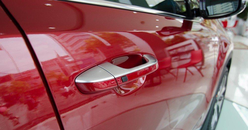 Đánh giá xe Kia Sportage 2017 có tay nắm cửa được sơn và mạ tinh tế.