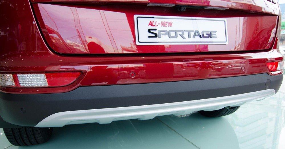 Đánh giá xe Kia Sportage 2017 có cản sau ốp thêm mạ bạc chắc chắn.