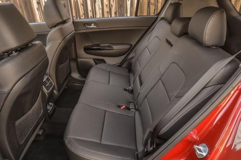 Đánh giá xe Kia Sportage 2017 có hàng ghế sau với 3 chỗ người và để chân rộng rãi.