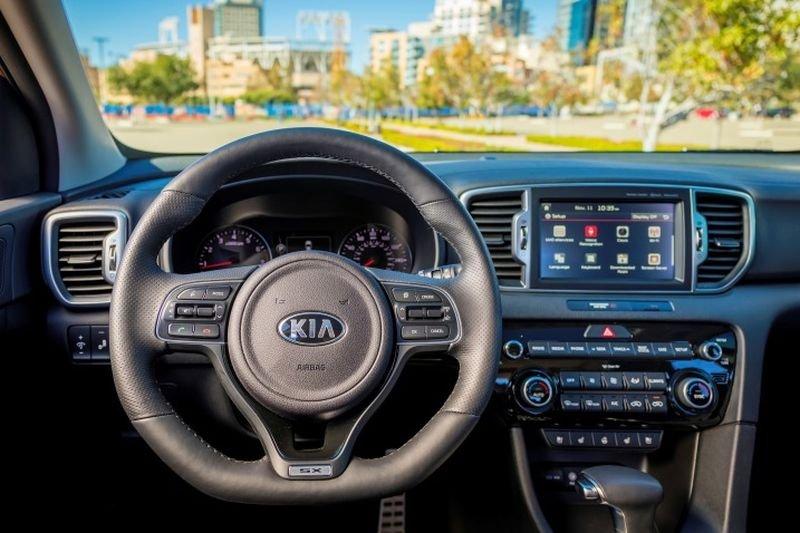 Đánh giá xe Kia Sportage 2017 có vô lăng bọc da giả carbon với 3 chấu thể thao.
