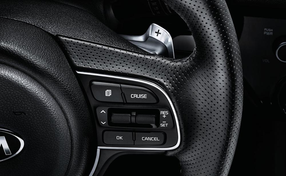Bến phải vô lăng của Kia Sportage 2017 có các phím cài đặt kiểm soát hành trình.