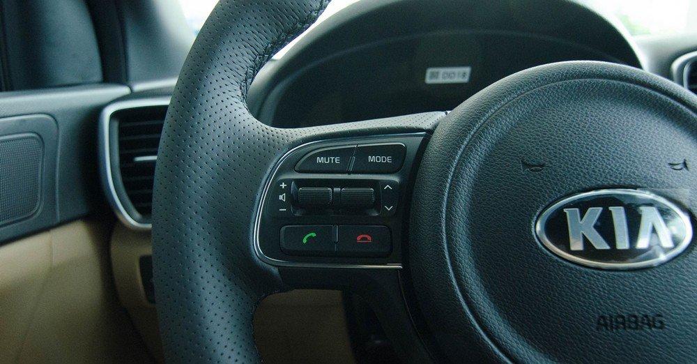 Bến trái vô lăng của Kia Sportage 2017 có các phím tăng giảm âm lượng, thoại rảnh tay.