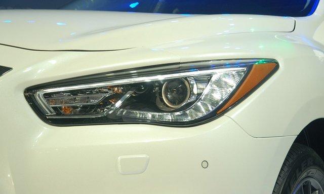 Đánh giá xe Infiniti QX60 2016 có đèn pha dạng bi-xenon rất cá tính và mạnh mẽ.