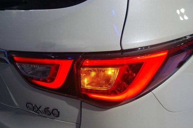 Đánh giá xe Infiniti QX60 2016 có đèn hậu LED chia 2 khoang vuốt dài ra hông.