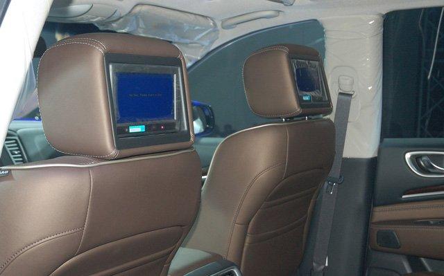 Đánh giá xe Infiniti QX60 2016 có thêm các màn hình phụ treo ở tựa đầu hàng ghế trước.
