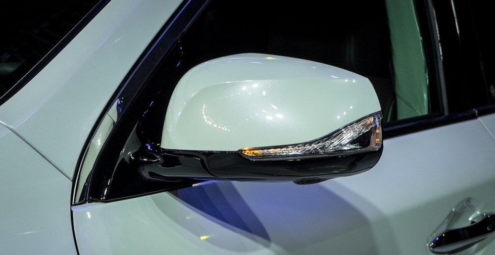 Đánh giá xe Infiniti  QX60 2016 có gương chiếu hậu tích hợp LED báo rẽ.