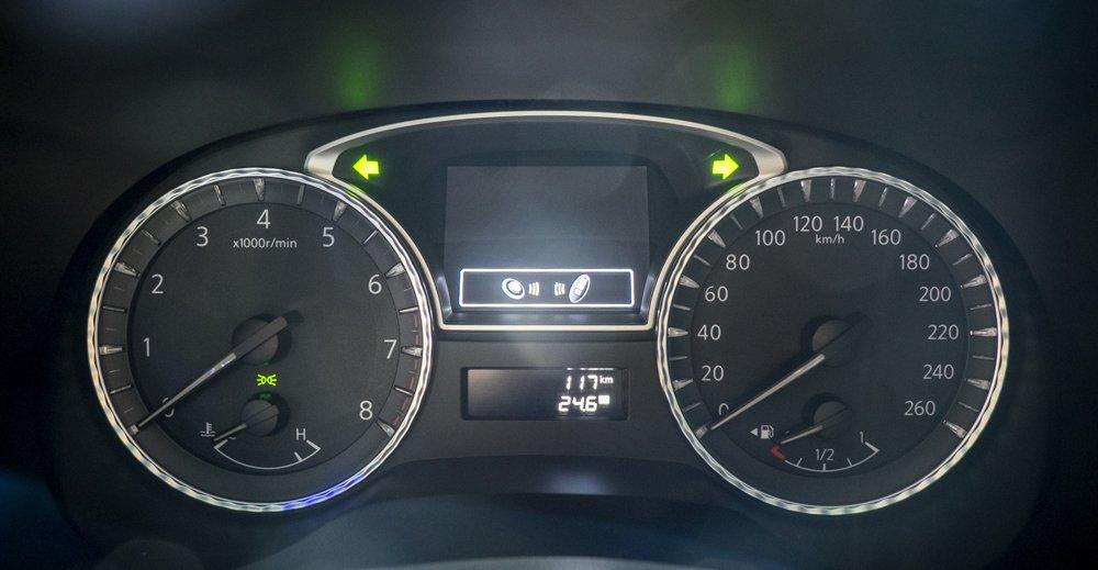 Đánh giá xe Infiniti  QX60 2016 có cụm đồng hộ lái dạ quang hiện đại.