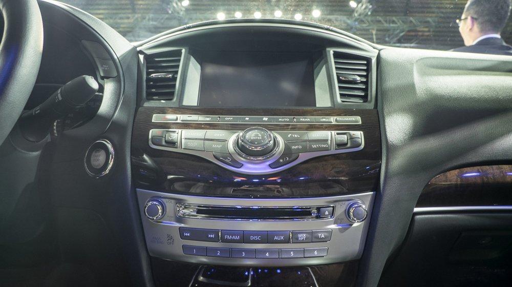 Đánh giá xe Infiniti  QX60 2016 có bảng điều khiển trung tâm cùng màn hình 8 inch.