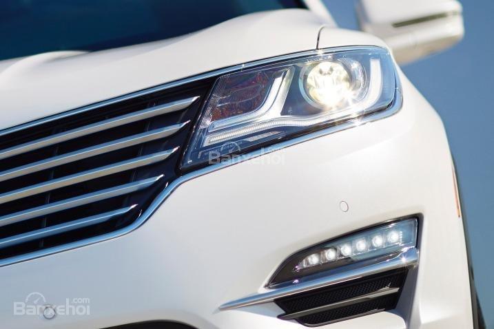 Đánh giá xe Lincoln MKC 2017: Đèn pha HID.