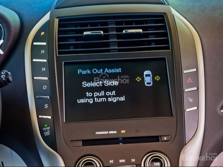 Đánh giá xe Lincoln MKC 2017: Xe được trang bị nhiều tiện ích hiện đại.
