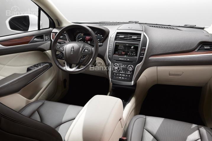 Đánh giá xe Lincoln MKC 2017: Chất liệu xe tạm ổn nhưng vẫn kém hơn so với các đối thủ.