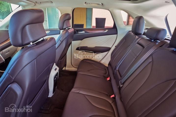 Đánh giá xe Lincoln MKC 2017: Ghế sau có khoảng duỗi chân khá chật trội.