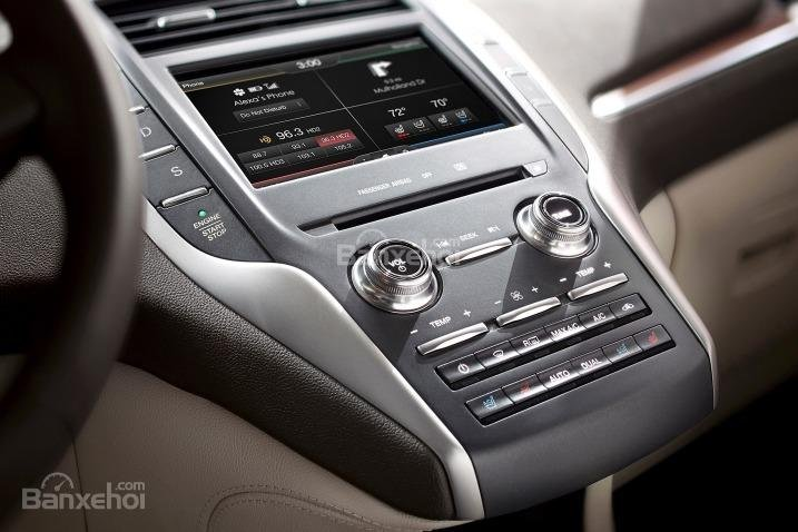Đánh giá xe Lincoln MKC 2017: Bảng điều khiển với các nút bấm thiết kế khá thuận tiện.