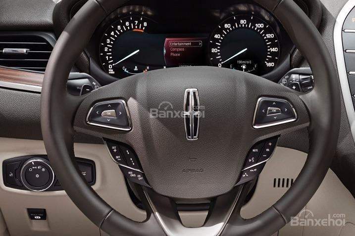 Đánh giá xe Lincoln MKC 2017: Vô lăng xe thiết kế khá đẹp.
