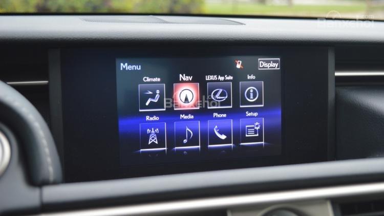 Đánh giá xe Lexus IS 2016: Xe được trang bị nhiều công nghệ hữu ích.