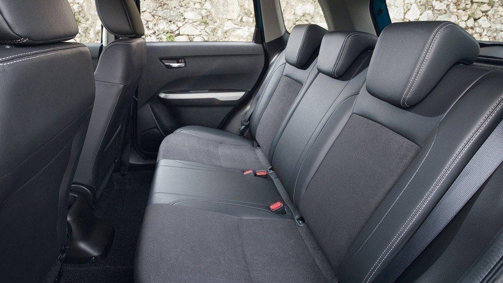 Đánh giá xe Suzuki Vitara 2015: Không gian để chân hàng ghế sau tương đối rộng rãi.